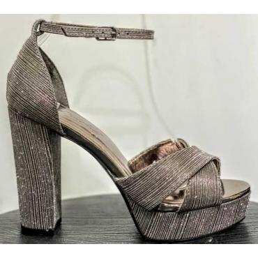 Spettacolare Sandalo Con Materiale  Brillantinato Lucido Con Zepp