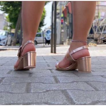 Sandalo Con Tacco Largo Fascia Con Fibbia Sul Dorso E Fascetta D